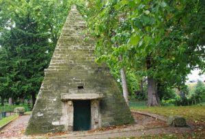 Parc-Monceau-Pyramid